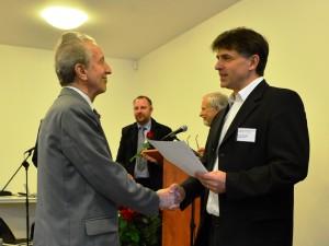 Jindřich Poduška dostáva od Mikuláše Pavlíka pamětní list