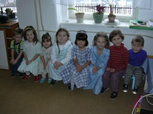 Miška ve školce (třetí zleva), (sestra Natálka je druhá zleva a Zuzka Chalupová šestá)