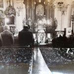 v kostele v Praze